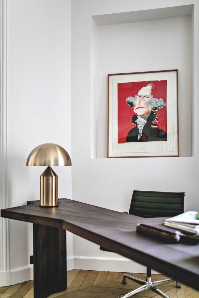 Obraz wiszący na ścianie w odnowionym apartamencie w Paryżu projektu Studio JeanCharlesTomas