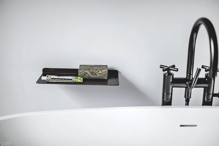 Kran i podstawka na mydło w łazience