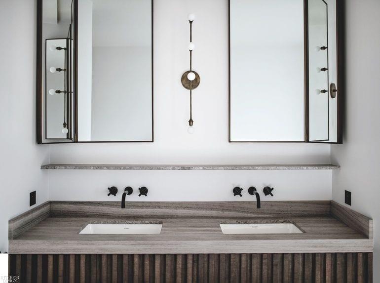 Dwa zlewy i dwa lustra wiszące na ścianie w apartamencie projektu Studio JeanCharlesTomas