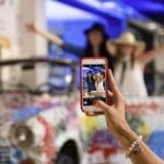 Młodzi ludzie robiący sobie selfie w hotelu Mercure Budapest Buda