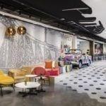 Wnętrze hotelu Mercure Budapest Buda z kolorowymi meblami