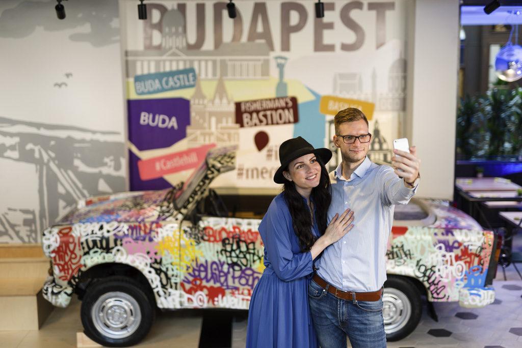 Para robiąca sobie selfie w hotelu Mercure Budapest Buda