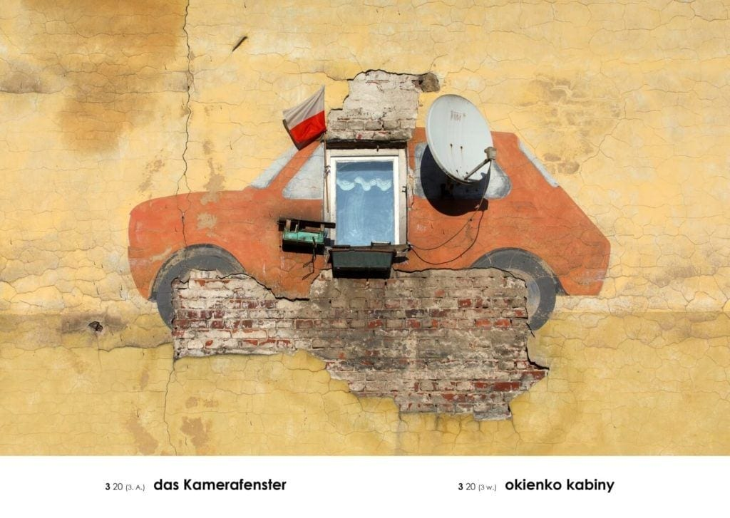 Andrzej Tobis, Okienko kabiny, z cyklu A-Z (Gabloty edukacyjne), 2018, fotografia, dzięki uprzejmości artysty i Galerii Jednostka - Warsaw Gallery Weekend