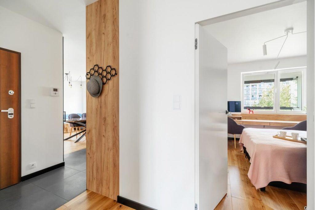Drewniana dekoracjaw mieszkaniu z industrialnymi elementami projektu Deer Design