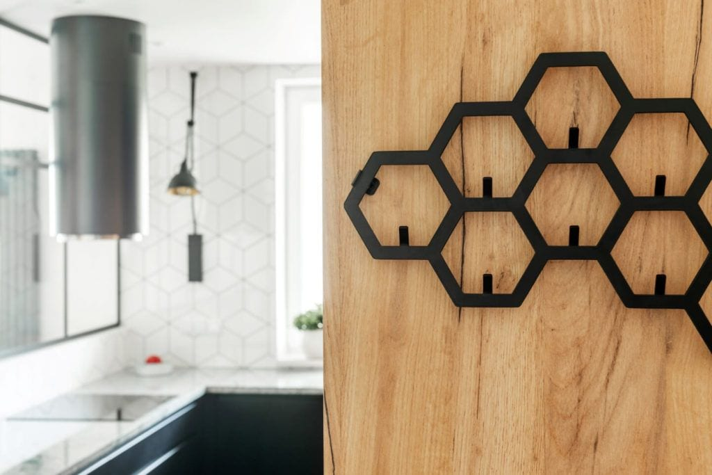 Designerski grzejnik w mieszkaniu z industrialnymi elementami projektu Deer Design