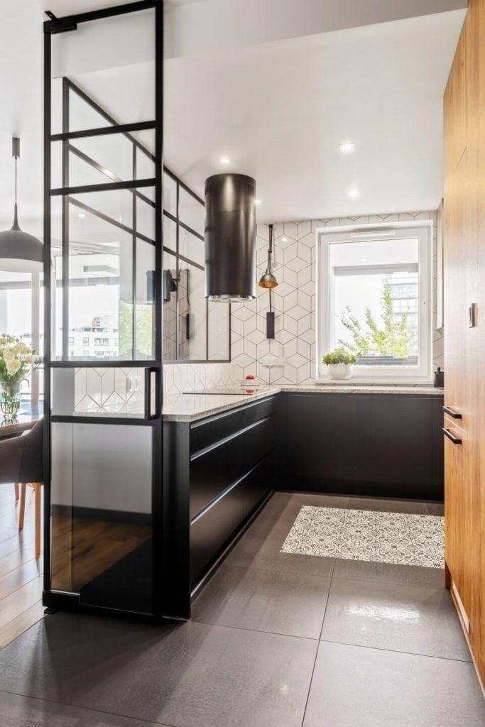 Jasna kuchniaw mieszkaniu z industrialnymi elementami projektu Deer Design