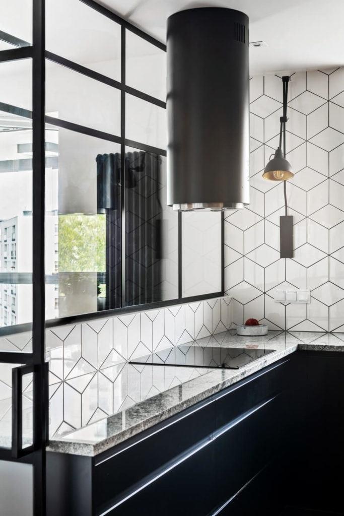 Biała kuchniaw mieszkaniu z industrialnymi elementami projektu Deer Design