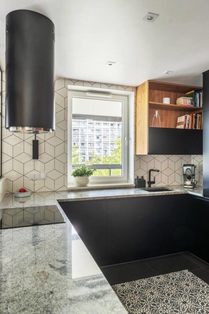 Okno w kuchniw mieszkaniu z industrialnymi elementami projektu Deer Design