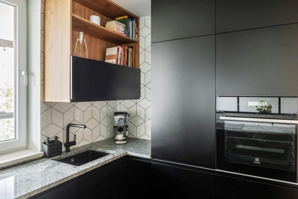 Czarne fronty mebliw mieszkaniu z industrialnymi elementami projektu Deer Design