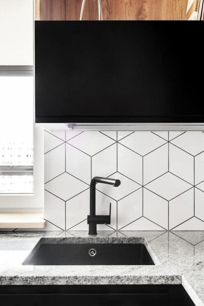 Heksagonalne płytki w kuchniw mieszkaniu z industrialnymi elementami projektu Deer Design