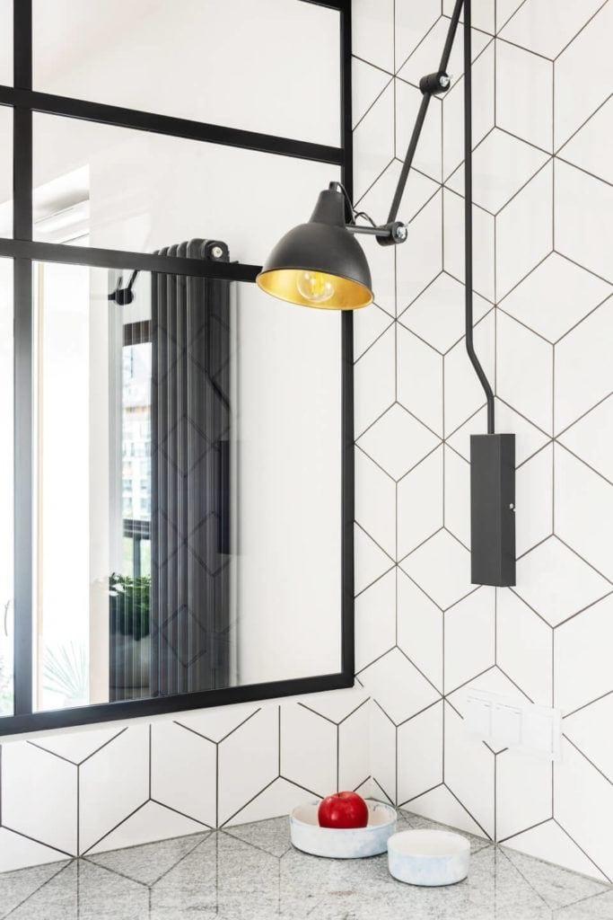 Lutro w łaziencew mieszkaniu z industrialnymi elementami projektu Deer Design