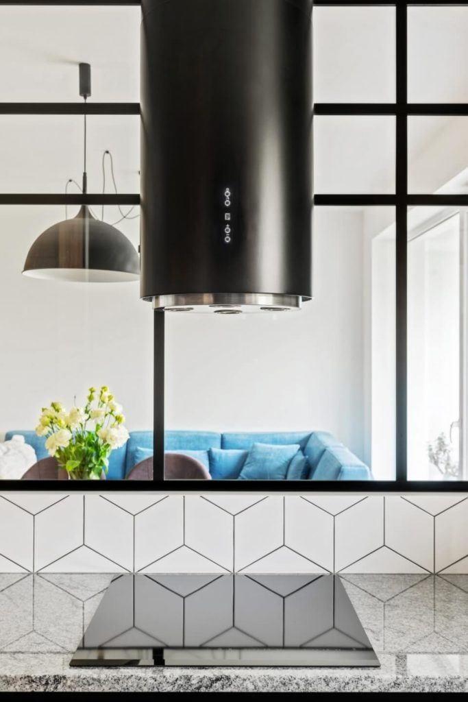 Czarny okap w kuchniw mieszkaniu z industrialnymi elementami projektu Deer Design