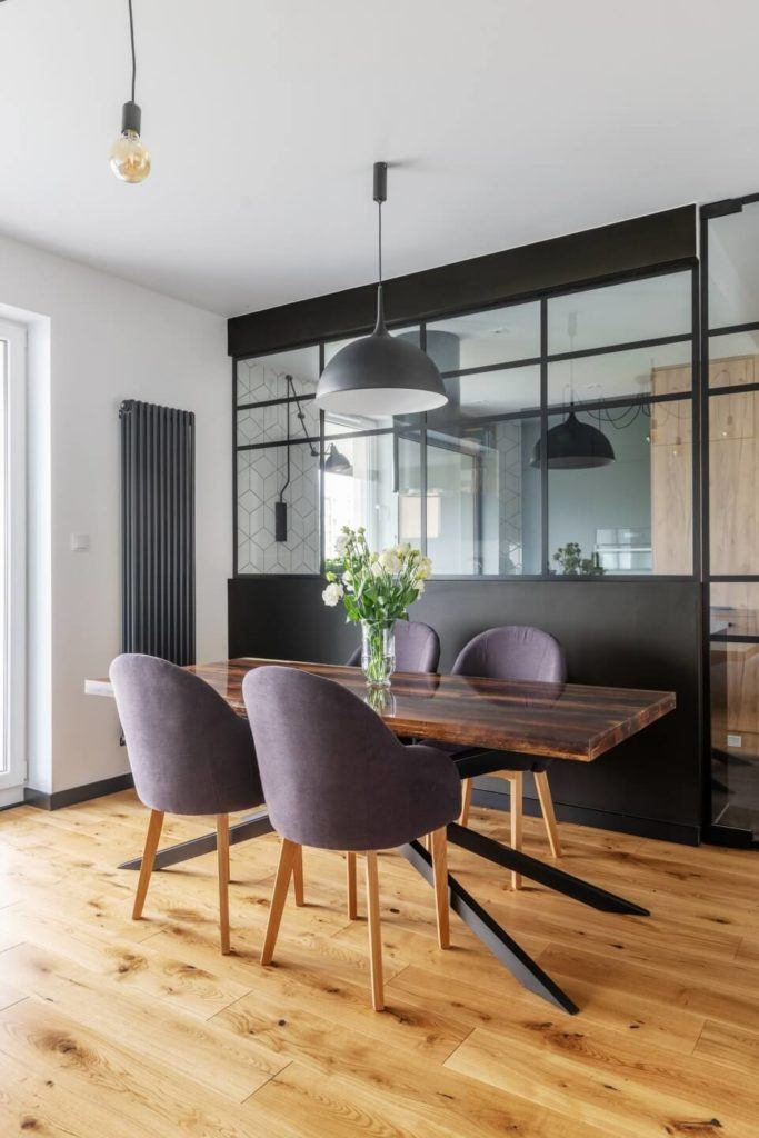 Cztery fioletowe krzesław mieszkaniu z industrialnymi elementami projektu Deer Design