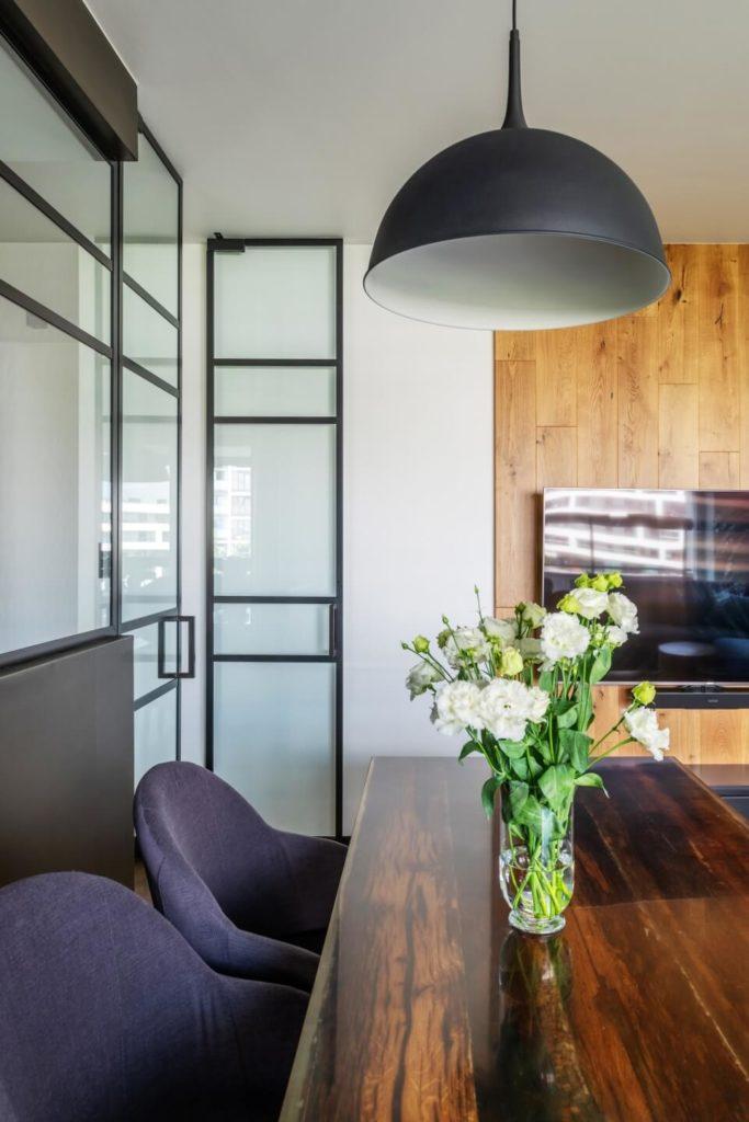 Przeszklone drzwiw mieszkaniu z industrialnymi elementami projektu Deer Design