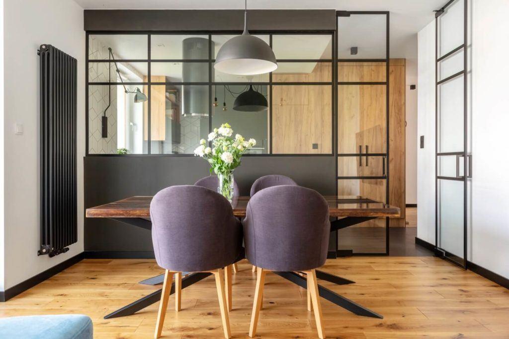 Krzesła w saloniew mieszkaniu z industrialnymi elementami projektu Deer Design