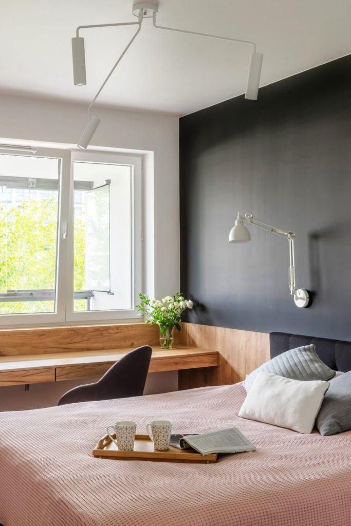 Okno w sypialniw mieszkaniu z industrialnymi elementami projektu Deer Design