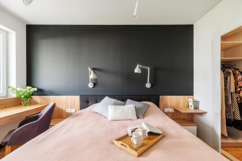 Duże łóżko w sypialniw mieszkaniu z industrialnymi elementami projektu Deer Design
