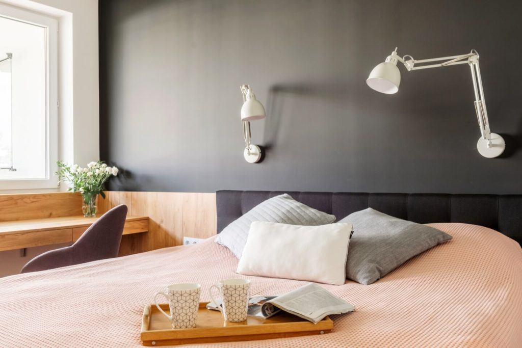 Sypialniaw mieszkaniu z industrialnymi elementami projektu Deer Design