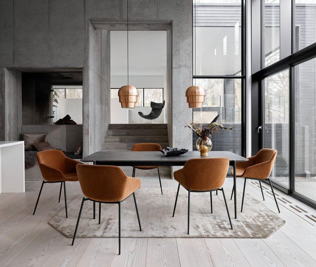 Czarny stół i brązowe krzesła od BoConcept
