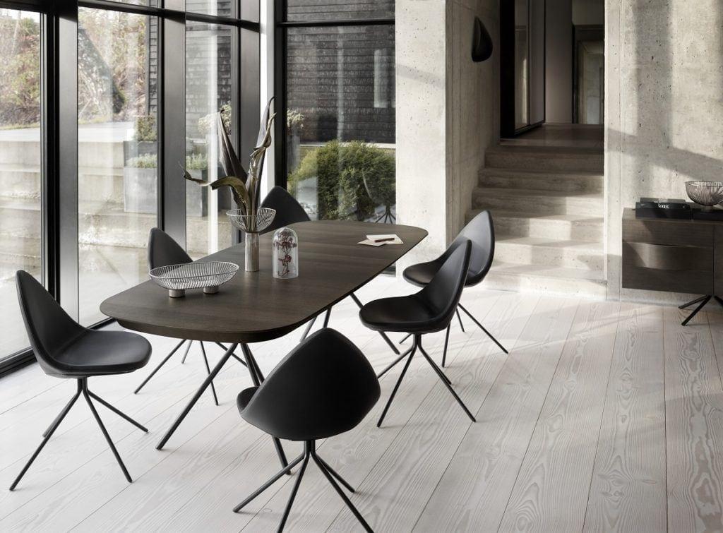 Czarny stół i czarne krzesła od BoConcept