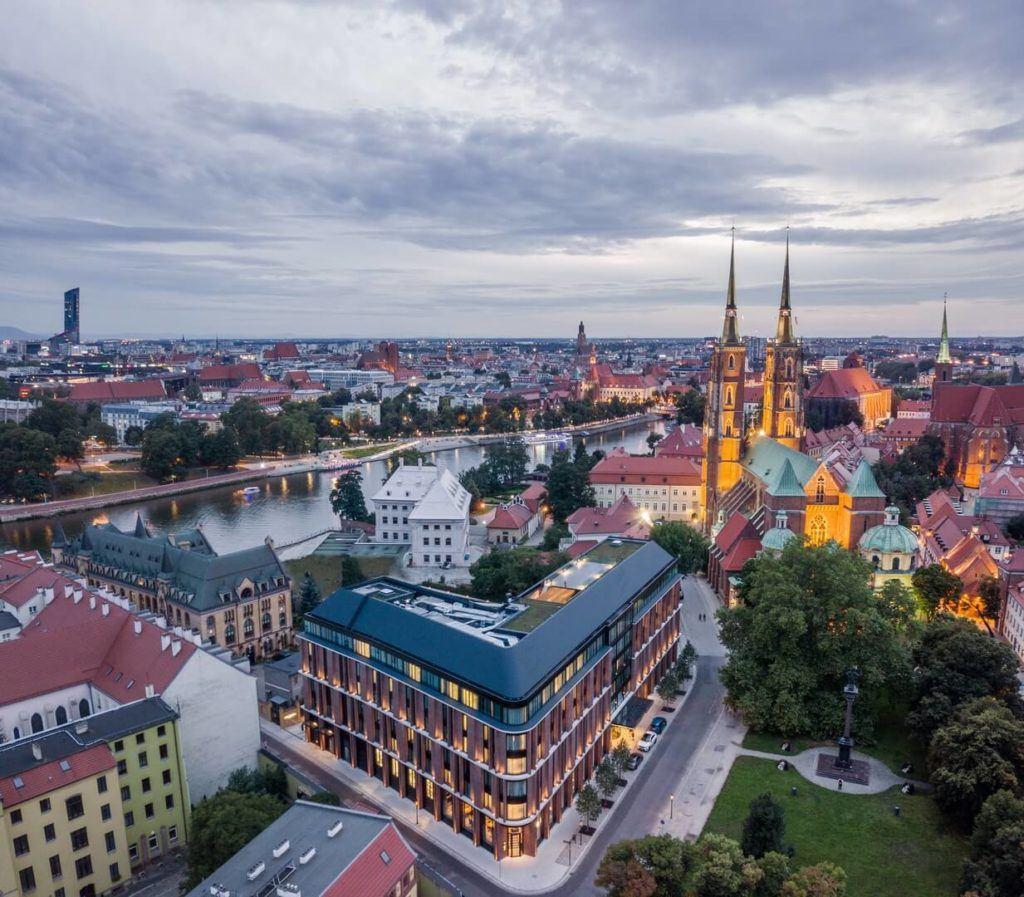 Widok z otu ptaka na Hotel The Bridge na Ostrowie Tumskim we Wrocławiu