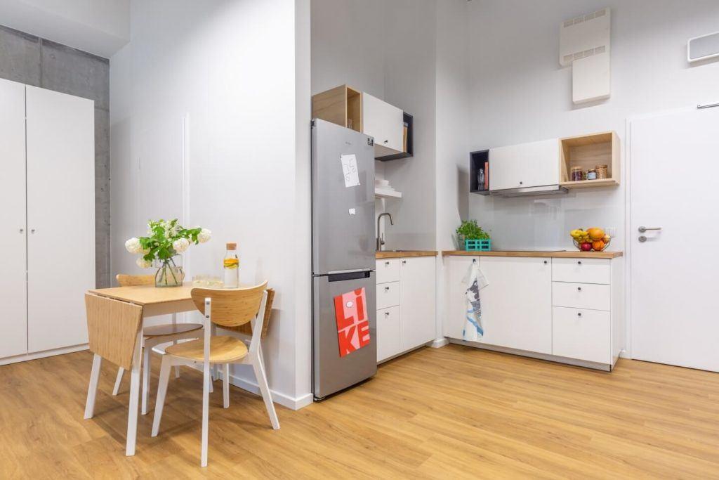 Salon połączony z kuchnią w akademiku LivinnX Kraków