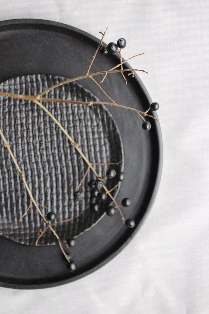 Czarny talerz od M2K ceramika
