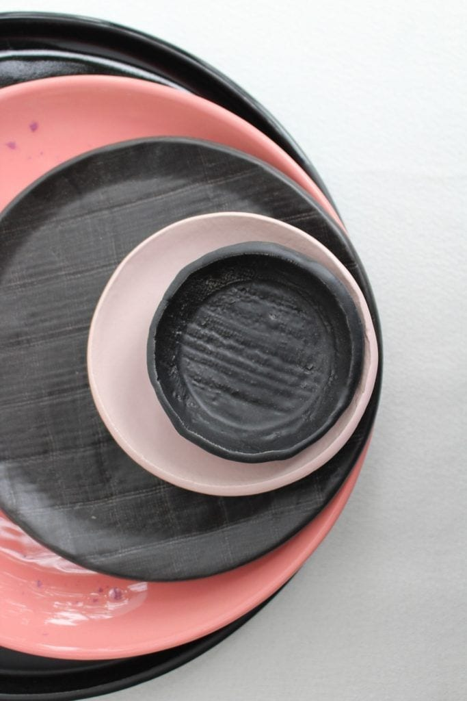 Szaro-różowe talerze i miski od M2K ceramika