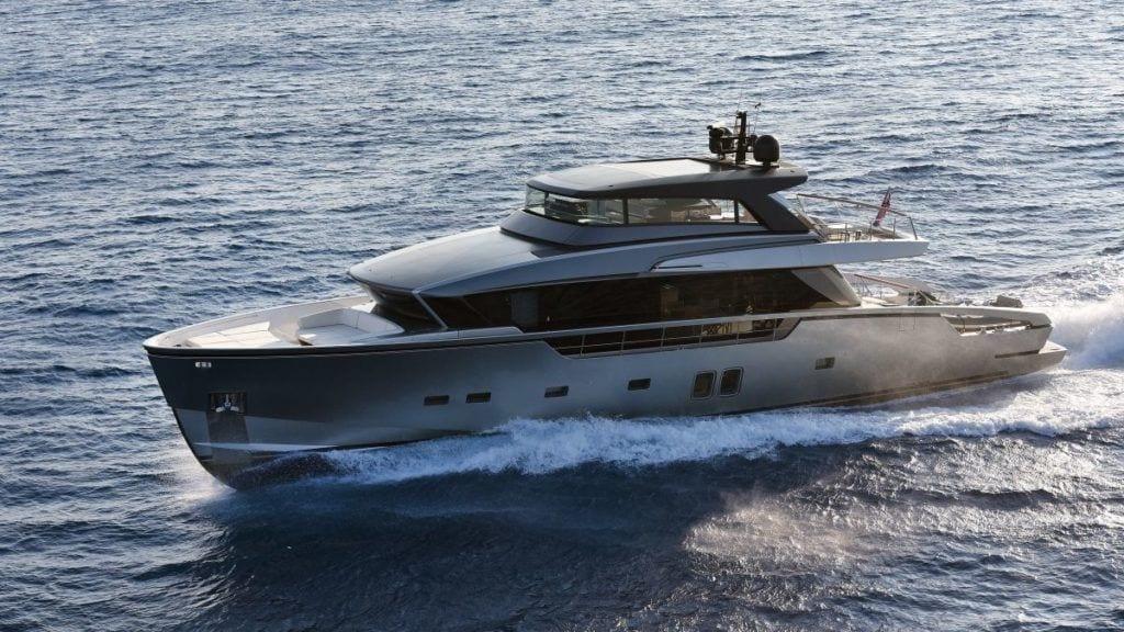 Jacht San Lorenzo płynący po morzu