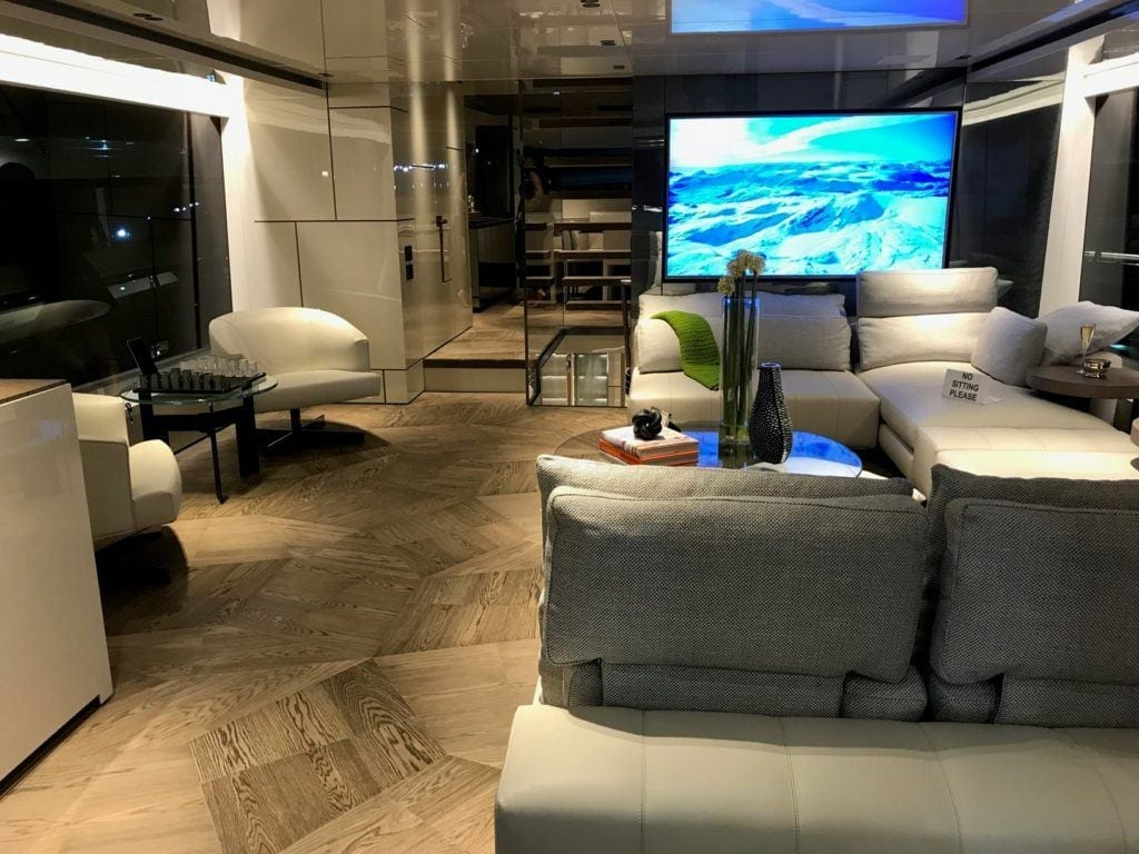 Sofa na pokładzie jachtu San Lorenzo