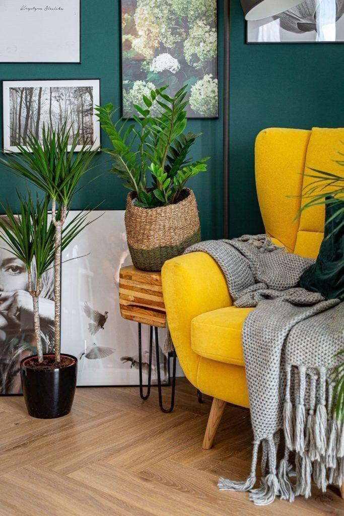 Żółty fotel w salonie projektu pracowni Dobry Układ