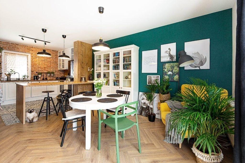 Stolik i 3 krzesła w salonie projektu pracowni Dobry Układ