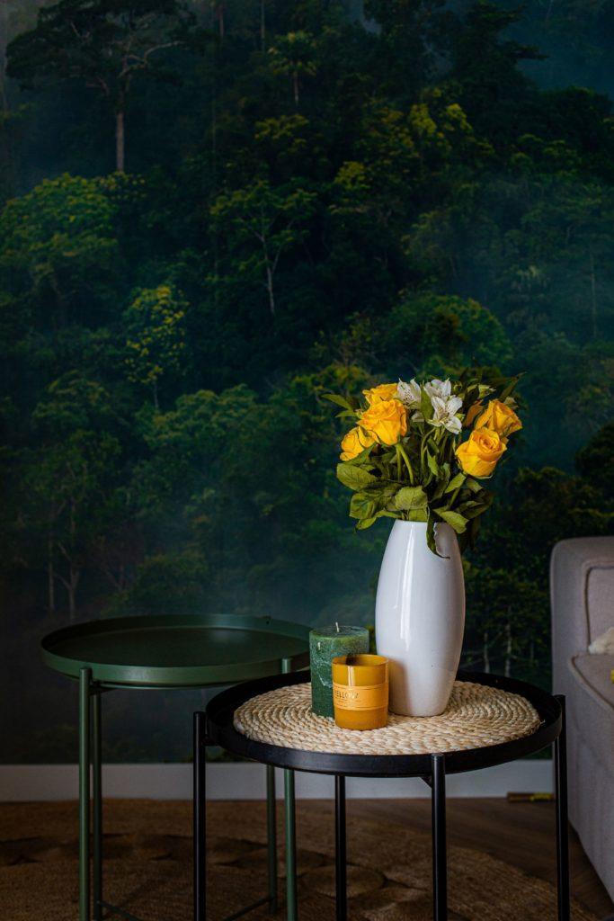 Zielona ściana w pokoju u stolik z wazonem
