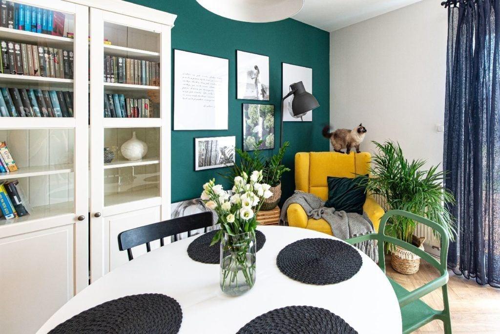Duży pokój z zieloną ścianą projektu pracowni Dobry Układ