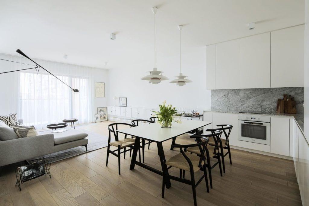 Duży stół w jadalni w mieszkaniu na Żoliborzu projektu pracowni MADAMA w mieszkaniu na Żoliborzu projektu pracowni MADAMA