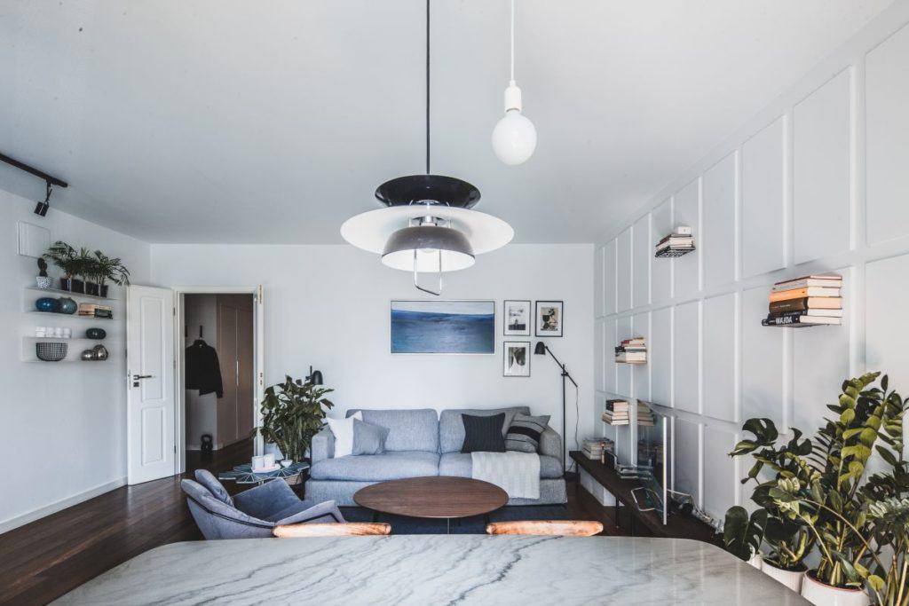 Jasny salon w przytulnym apartamencie projektu Taff Architekci
