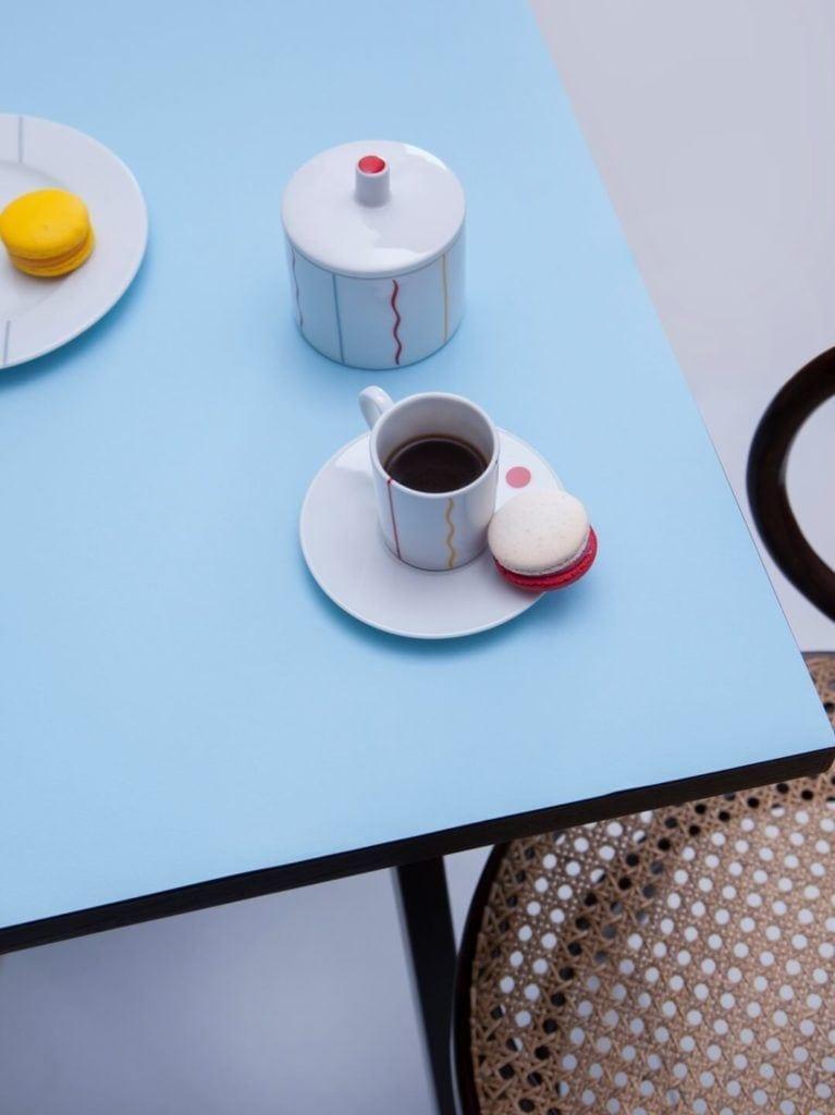 Kolekcja JAZZ projektu Olgi Milczyńskiej dla Porcelanowa stojąca na niebieskim stole