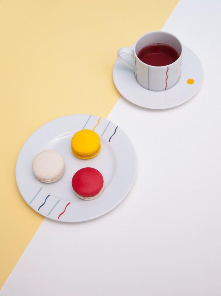 Kolekcja JAZZ projektu Olgi Milczyńskiej dla Porcelanowa stojąca na biało-żółtym stole