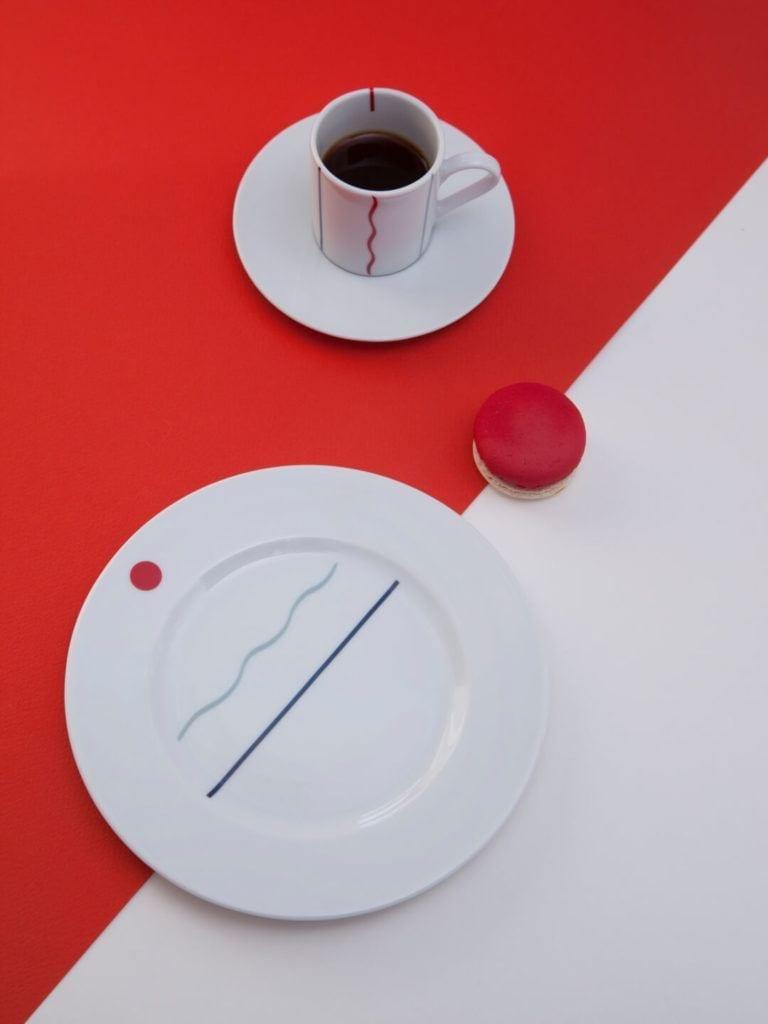 Kolekcja JAZZ projektu Olgi Milczyńskiej dla Porcelanowa stojąca na biało-czerwonym stole