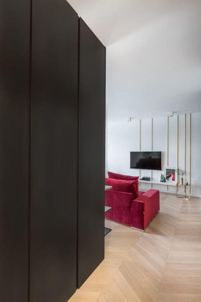 Czerwona sofa w salonie