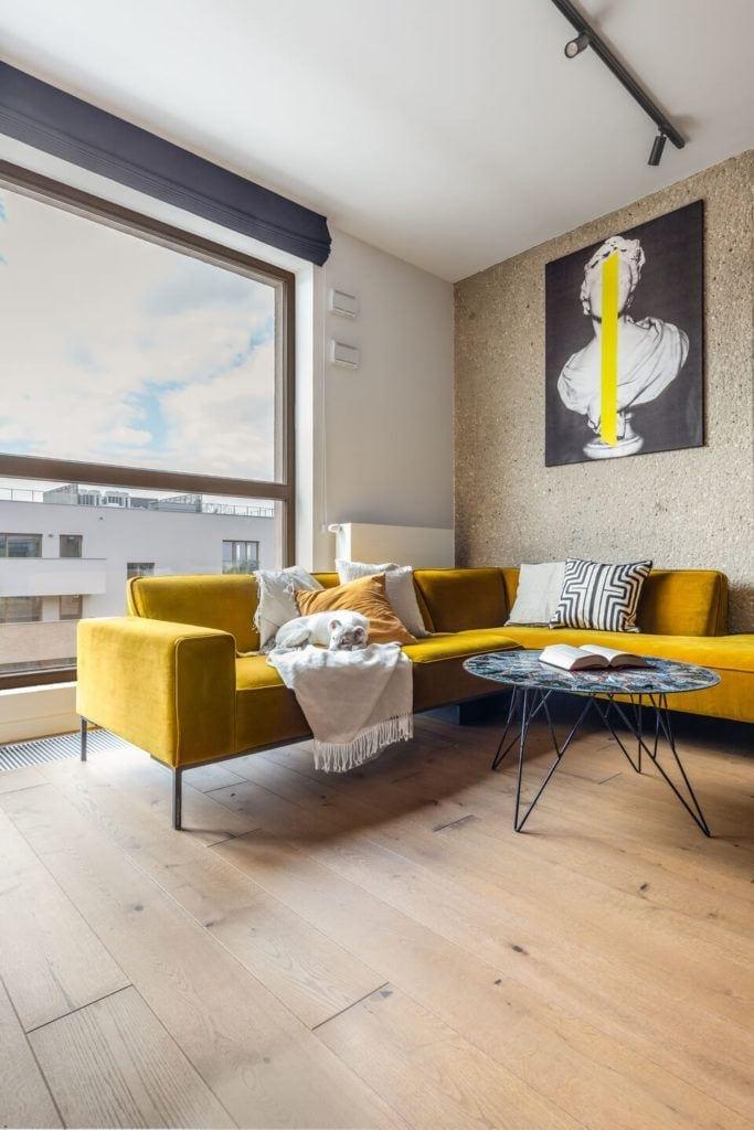 Duży żółty narożnik w salonie