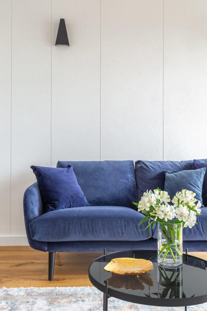 Niebieska sofa w salonie
