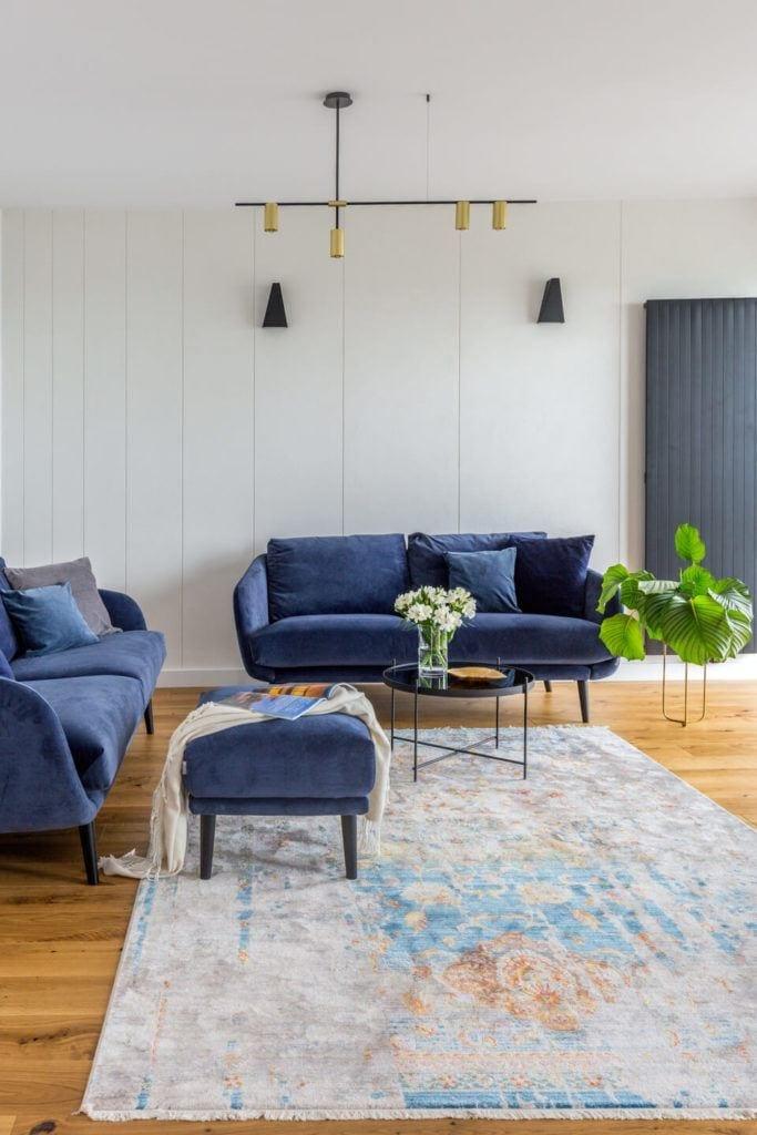 Niebieski komplet mebli w salonie