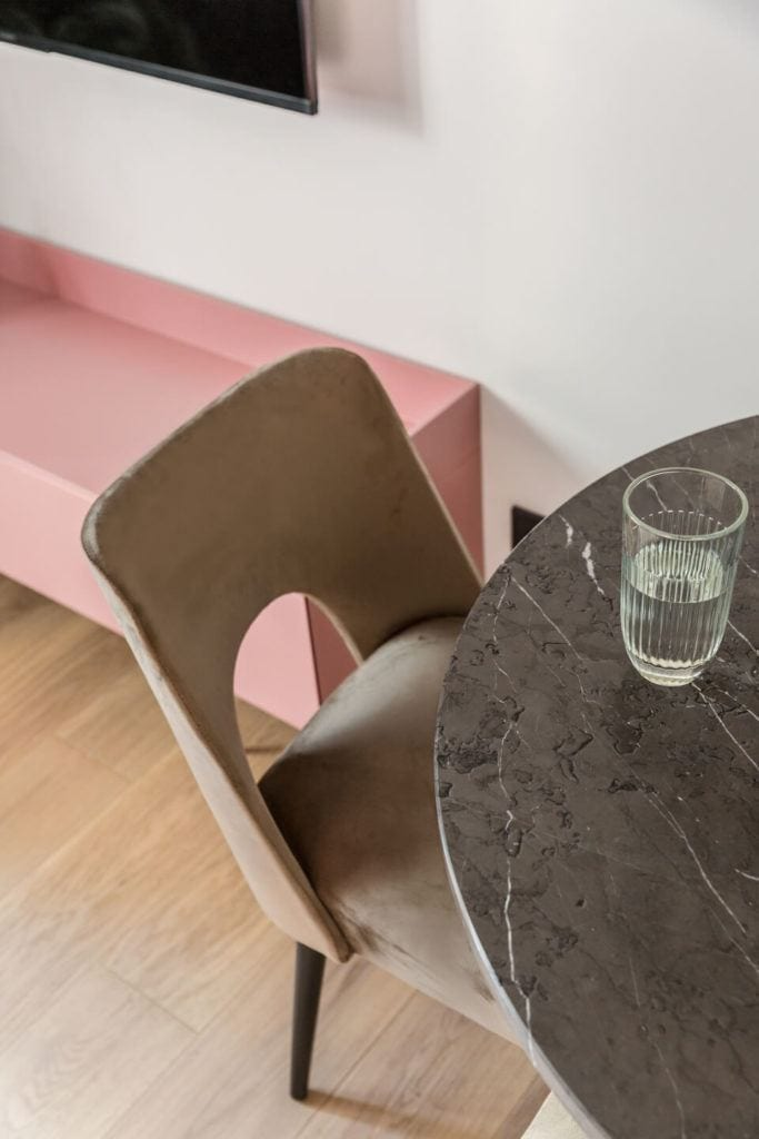 Krzesło stojące przy stole w salonie