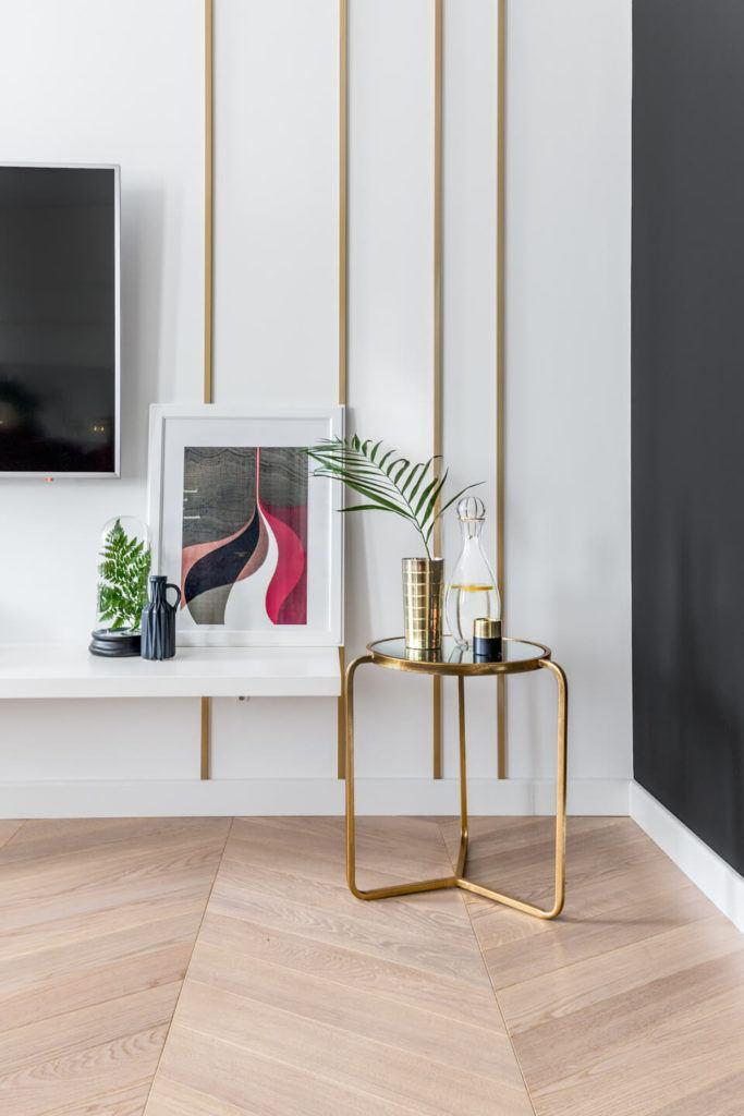 Złoty stoik w salonie