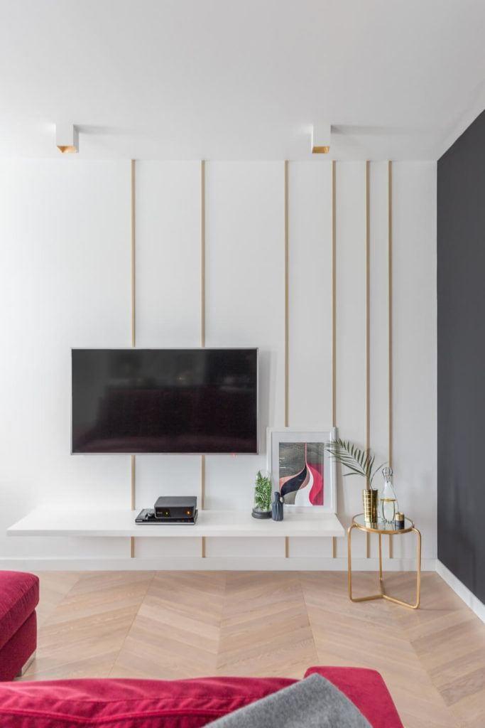 Duży telewizor na ścianie w salonie