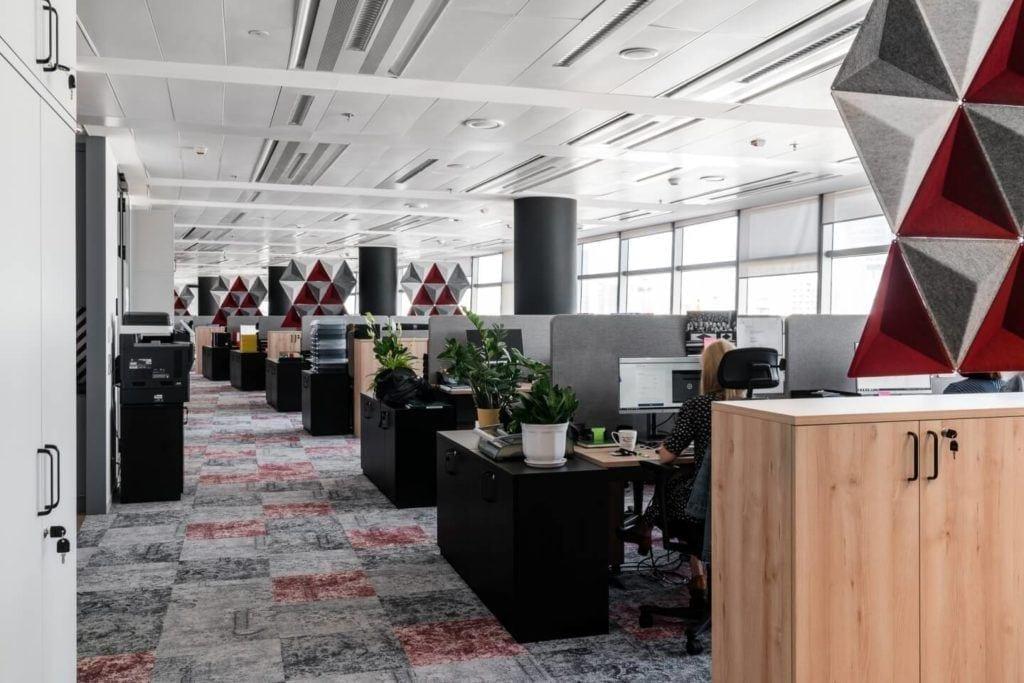 Biurka w strefie coworkingowej w warszawskim biurze Accor i Orbis
