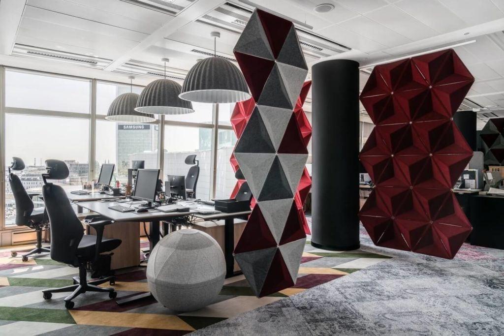 Dekoracje w strefie coworkingowej w warszawskim biurze Accor i Orbis