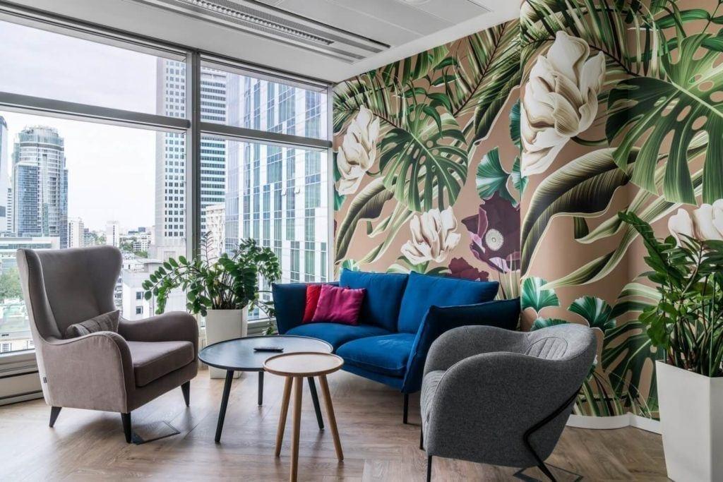 Kwiatowe dekoracje na ścianie w warszawskim biurze Accor i Orbis