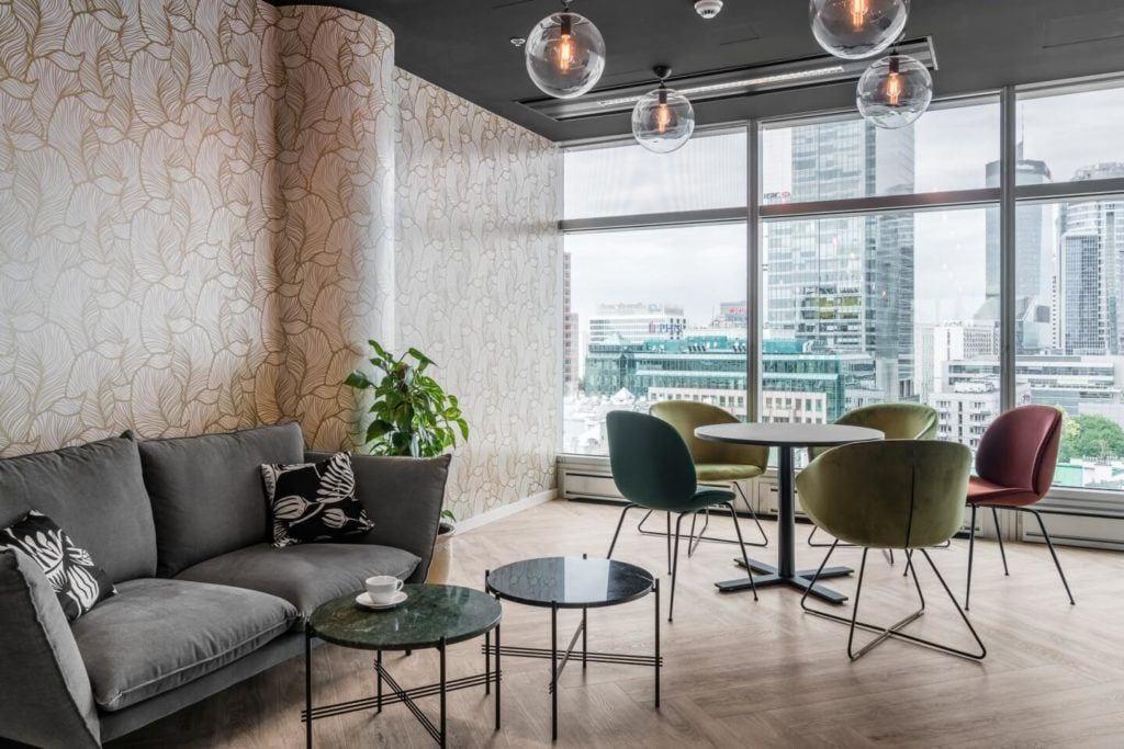 Sala z drewnianą podłogą w warszawskim biurze Accor i Orbis